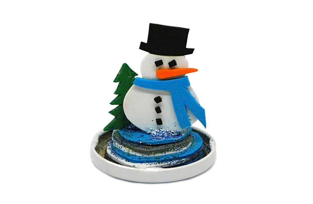 figura de un muñeco de nieve hecha con goma eva de colores