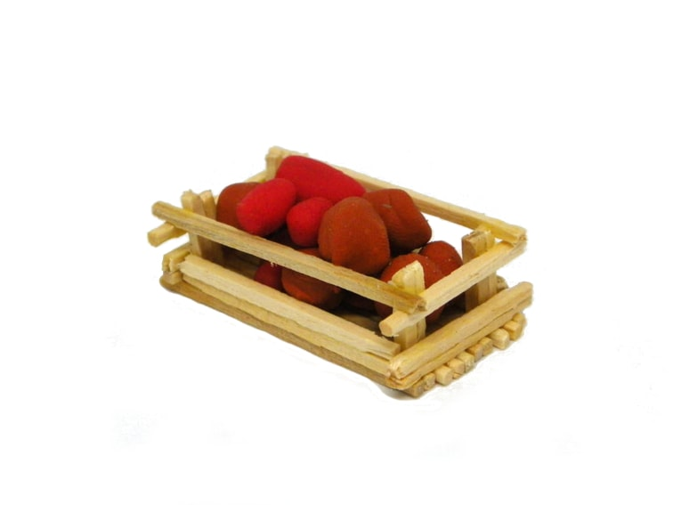 miniatura decorativa de una cesta con patatas hechas con plastilina