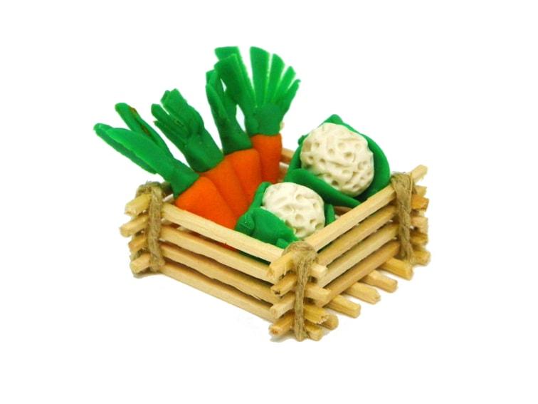 miniatura decorativa de una cesta con hortalizas hechas con plastilina