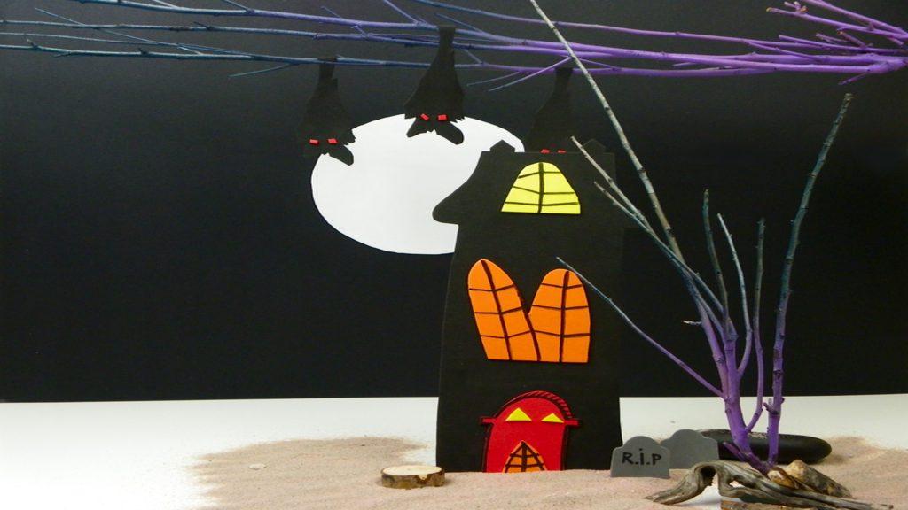 mansion fantasma hecha con goma eva para adornar en halloween