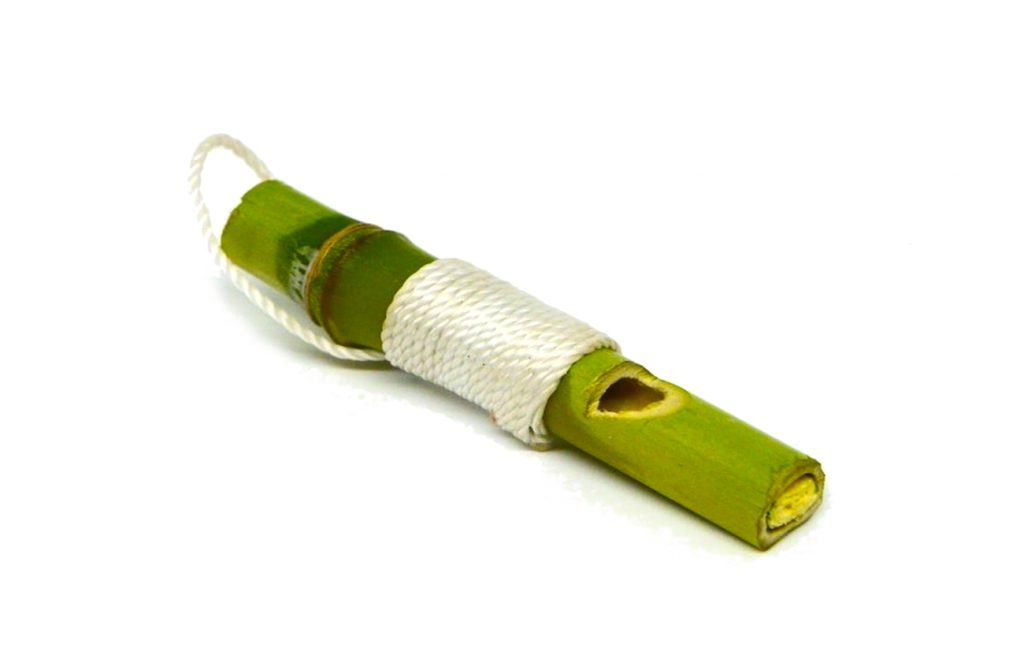 silbato llavero hecho con caña de bambu y cuerda de nylon