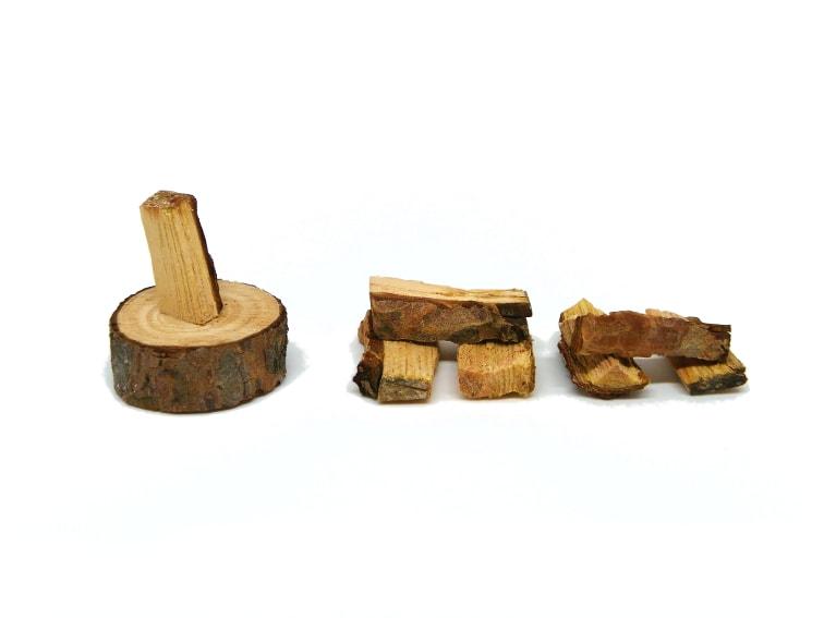 tocones de madera para hacer miniatura decorativa de un hacha