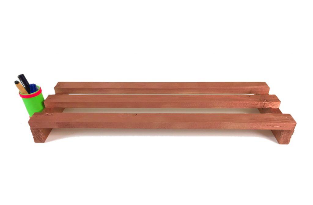 soporte para monitor hecho con listones de madera de un pale 1300