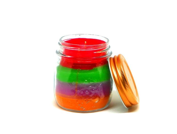vela de colores en frasco de cristal