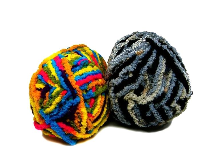 madejas de hilo de colores