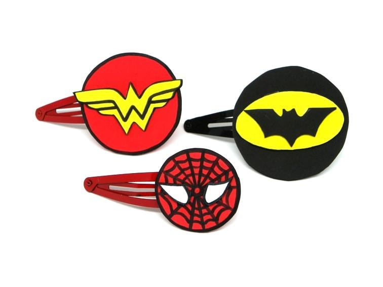 horquillas con logos de super heroes hechos con goma eva
