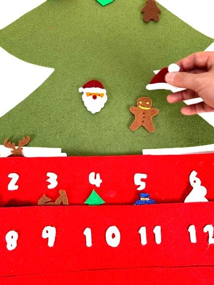 adorno de navidad colocando adornos en el calendario de adviento
