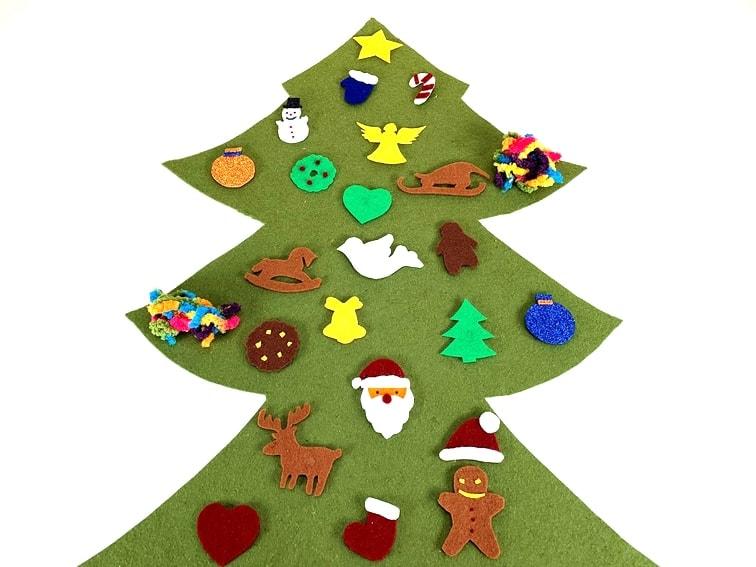 calendario de adviento con forma de arbol de navidad hecho fieltro