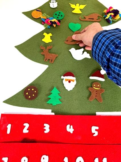 adorno de navidad colocacion de adornos fieltro en calendario de adviento