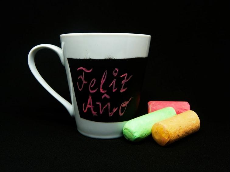 taza pizarra de ceramica blanca y tizas de colores