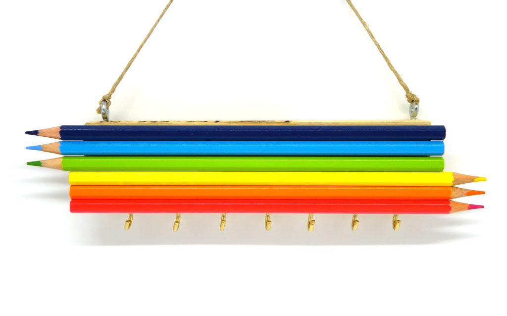 portallaves hecho con lapiceros de colores