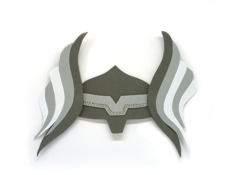 recreacion del casco de thor dios del trueno hecho con goma eva de colores 10 mejores manualidades