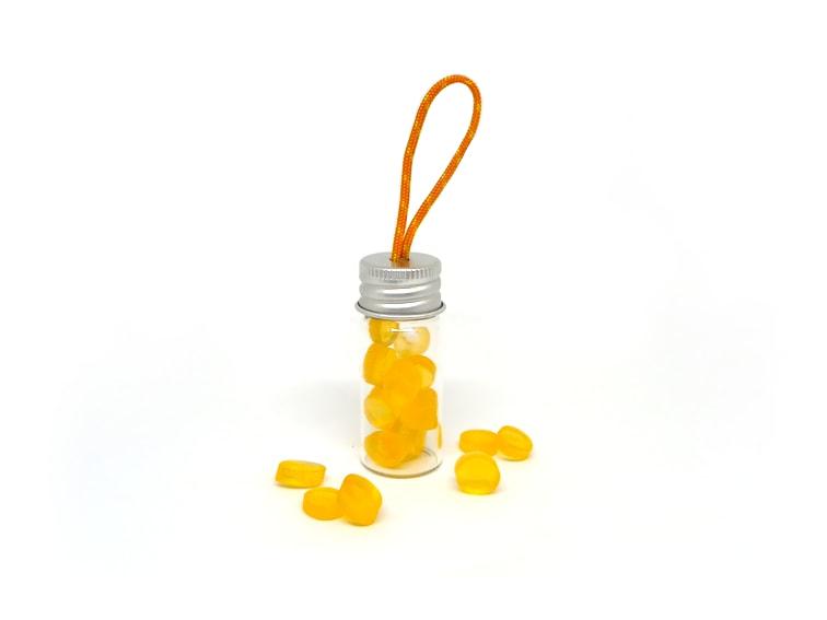 llavero jabonera de viaje hecho con un frasco, cuerda y jabon de glicerina natural