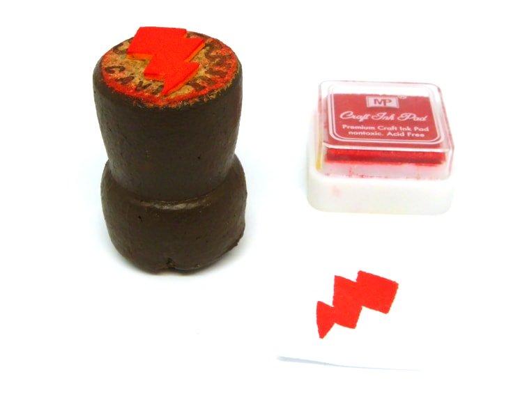sello para estampar hecho con tapon de corcho y goma eva de un rayo