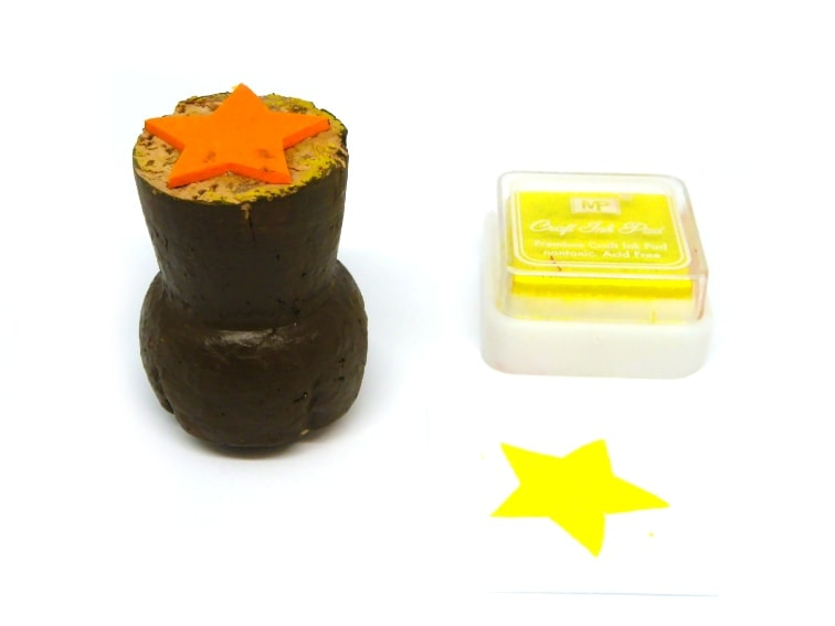 sellos para estampar hecho con un tapon de corcho y goma eva con forma de estrella