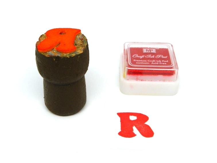 sello para estampar hecho con un tapon de corcho y goma eva con la letra r