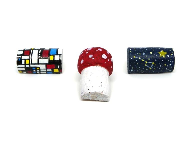 imanes de nevera decorativos hechos con tapones de corcho e imanes de porcelana