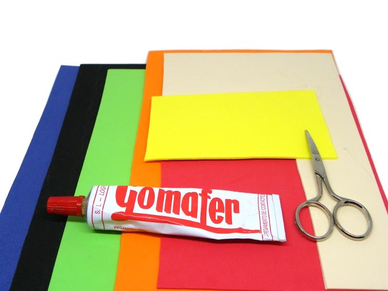goma eva de colores, pegamento de contacto y tijera para hacer mascara de batman y onomatopeya
