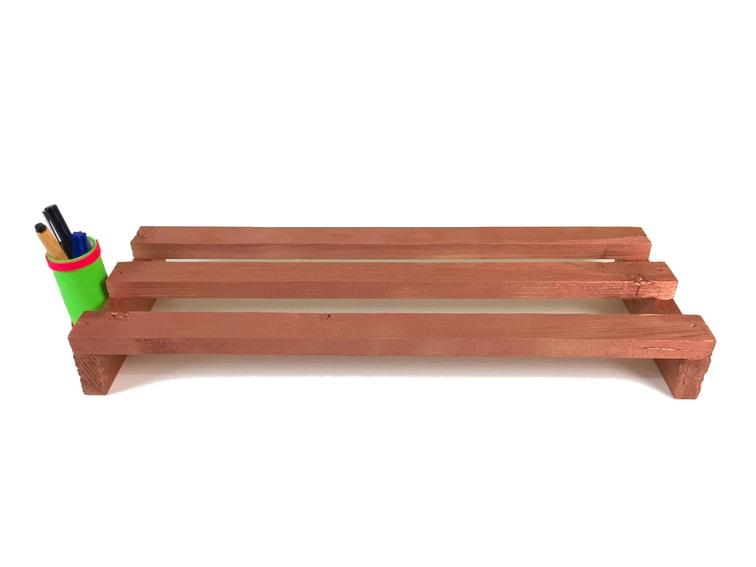 soporte de madera para monitor hecho con listones reciclados de un pale