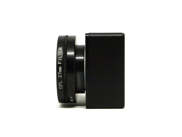 vista lateral de filtro polarizador de 37 mm adaptado a camara deportiva yi discovery