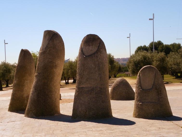 escultura dedos de mario irarrazaval en el parque juan carlos I