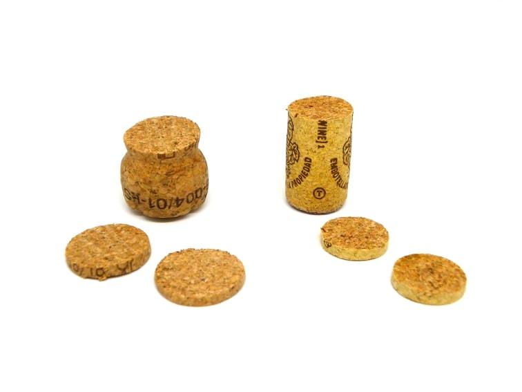 tapones de corcho de diferentes formas y rodajas de corcho
