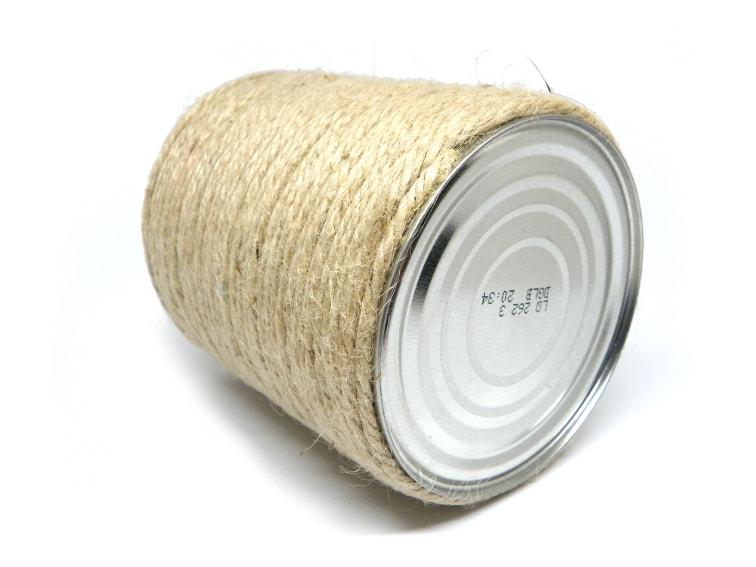 lata de metal cubierta con cuerda de yute para hacer comedero para pajaros