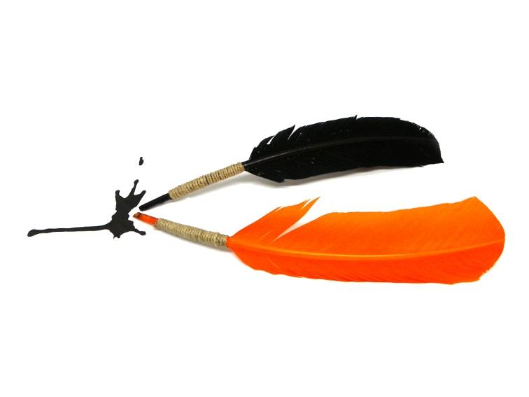 plumas estiligraficas hechas de forma casera con plumas para manualidades de colores
