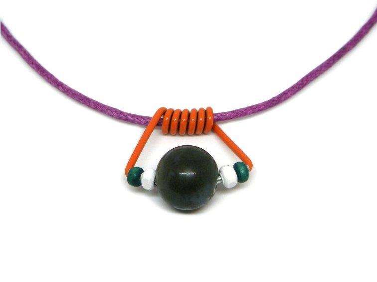 colgante casero hecho con un clip de muelle de una pinza, cuentas y abalorios de colores y un cordon de color