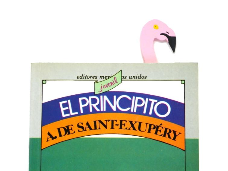libro y marcapaginas de un flamenco hecho con cartulinas de colores