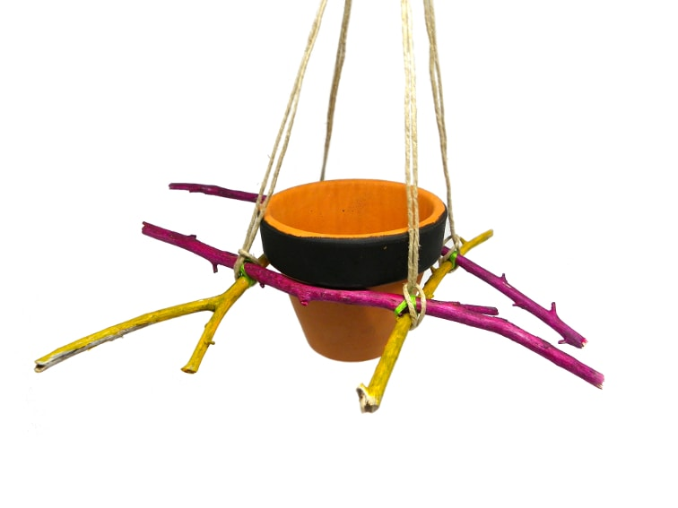 macetero colgante hecho con ramas secas pintadas y cuerda de yute