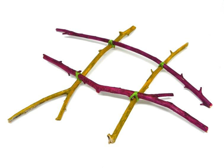 armazon hecho con ramas secas para hacer macetero colgante