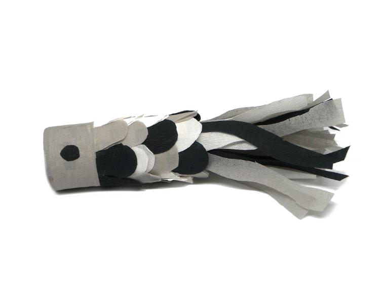 carpa koi negra hecha con rollos de carton y papel crespon para hacer bandera koinobori