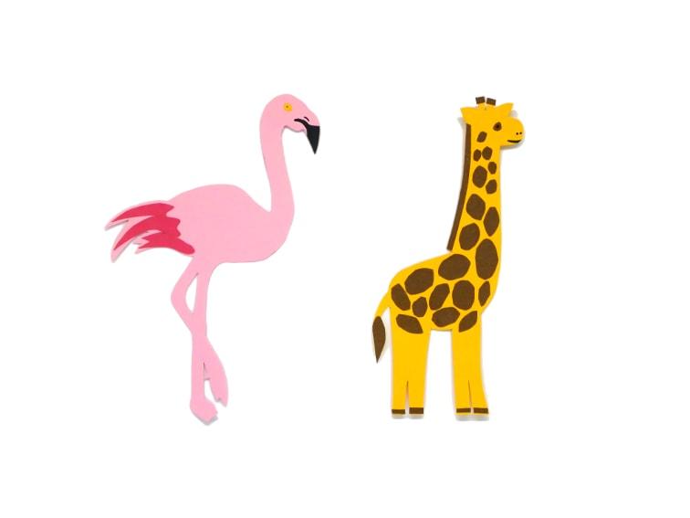 marcapaginas con formas de animales jirafa y flamenco hechos con cartulinas de colores
