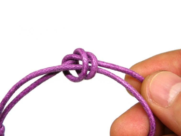 segunda forma de hacer nudo corredizo, estirar el extremo del cordon y apretar nudo