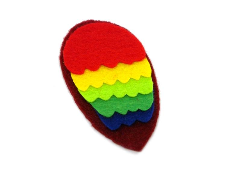 ala del loro de pirata hecha con fieltro de colores