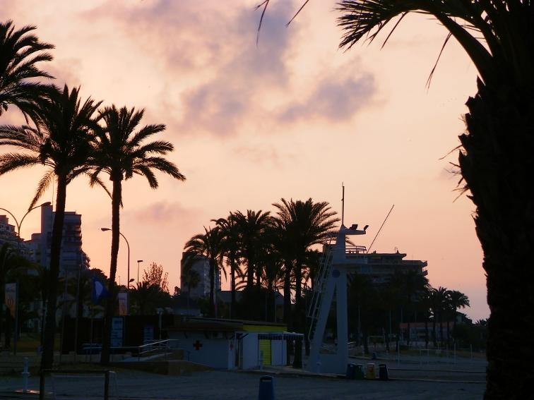 amanecer visto desde la playa del varadero en santa pola