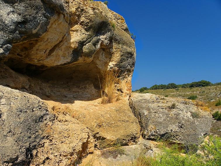concavidad en un pico del barranco de la tia amalia en la sierra de santa pola