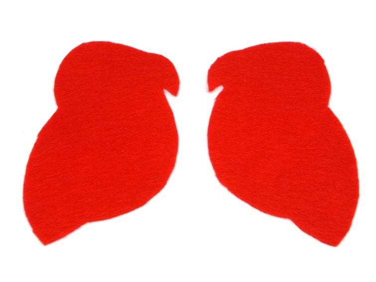 dos mitades del loro de pirata hechas con fieltro de color rojo