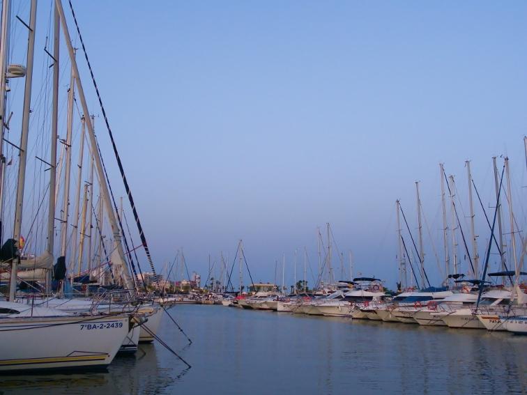 embarcaciones recreativas amarradas en el club nautico de santa pola