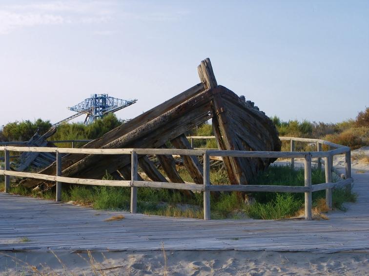 resto de una gabarra salinera en santa polaen la playa de la gola santa pola