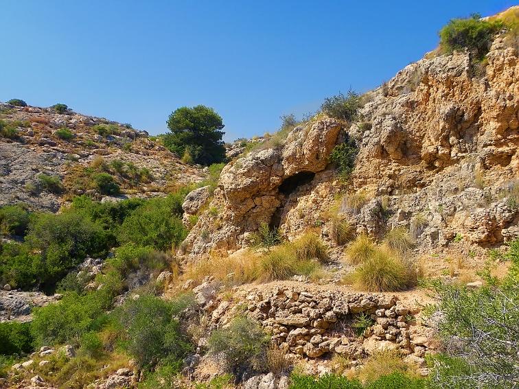 subiendo a un pico en el barranco de la tia amalia en la sierra de santa pola