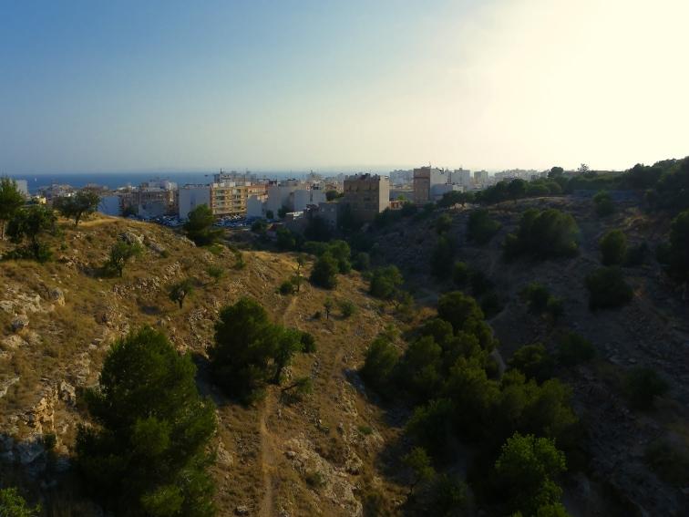 vista del barranco de la tia amalia desde lo alto de un puente en el pueblo de santa pola
