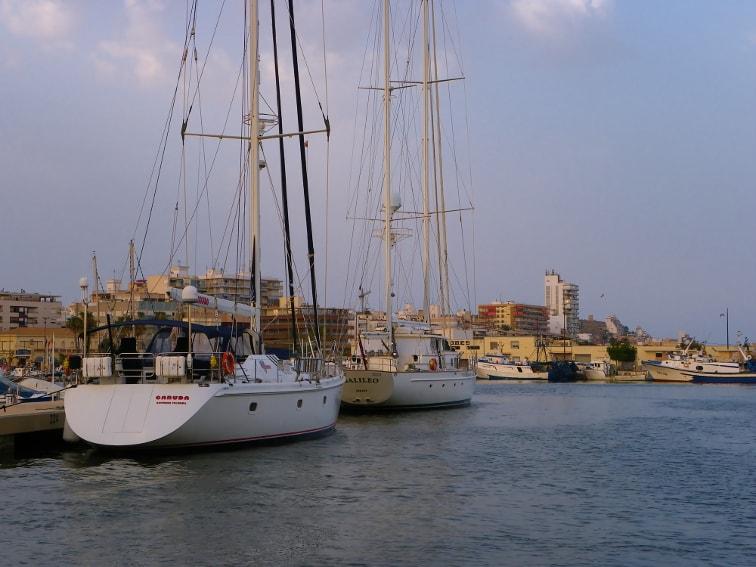 vista del puerto pesquero desde el club nautico en santa pola