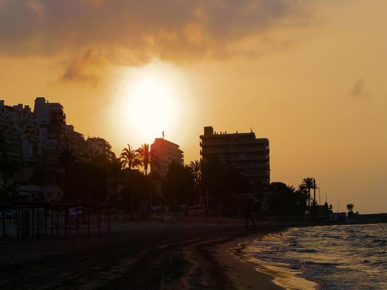 amanecer en santa pola visto desde la playa del varadero