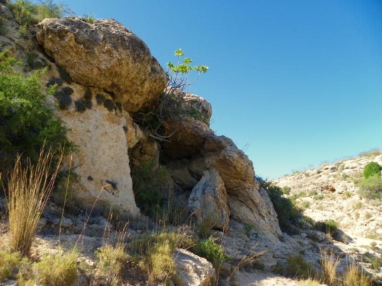 concavidad en una ladera del barranco de la tia amalia santa pola