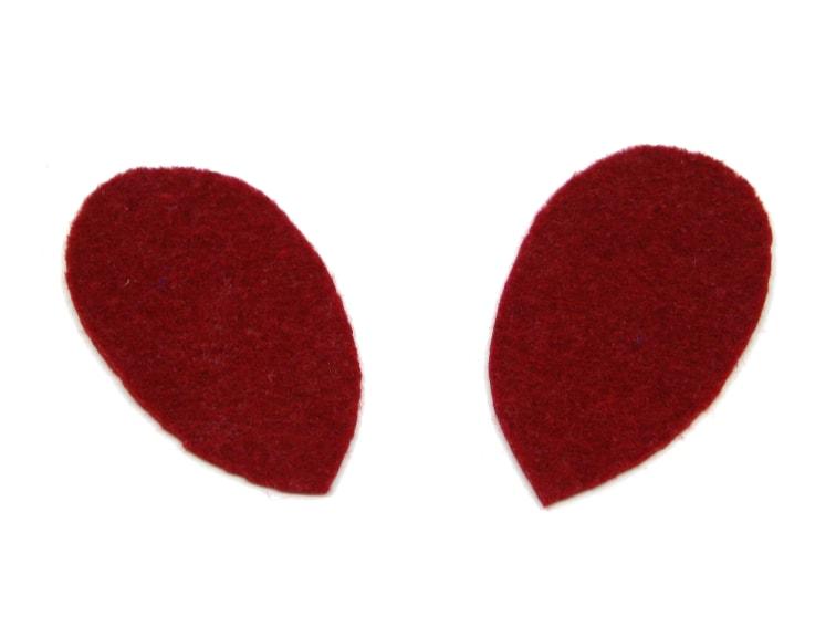 dos mitades iguales de las alas del loro de pirata hechas con fieltro de color rojo oscuro