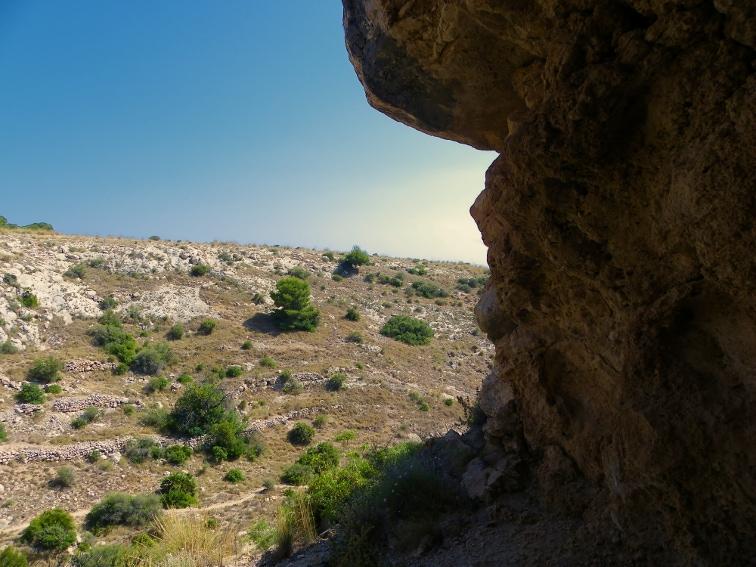 vista del barranco de la tia amalia desde el interior de una pequeña cueva santa pola