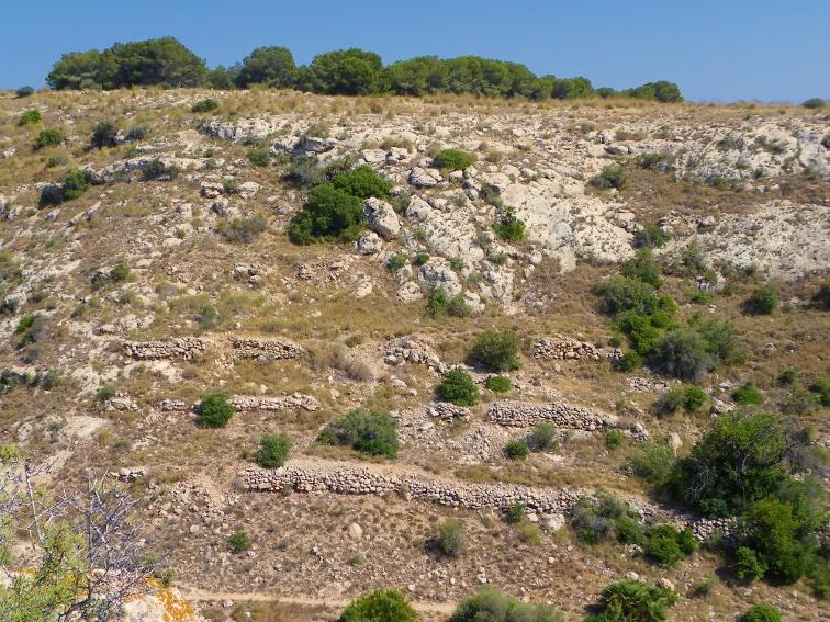 vista desde el interior de una cueva del pequeño sendero por el lecho del barranco de la tia amalia santa pola