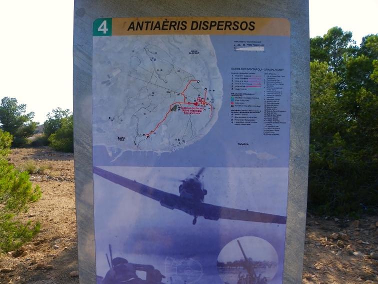 cartel informativo de los restos de un antiaereo en la sierra y cabo de santa pola